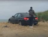 Юный любитель BMW загнал машину в песок, запер с ключами внутри и оставил АКПП на реверсе